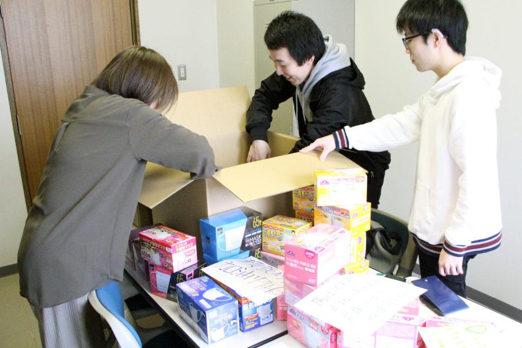 支援物資の詰め作業、武漢市郊外の病院に送付します