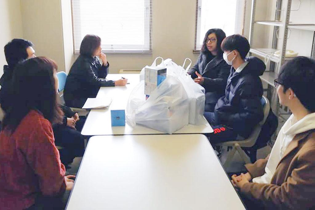 支援物資の送付について話し合う学生たち