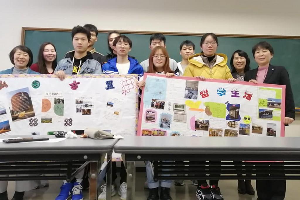 発表を終えた留学生たち(右端が姜先生)