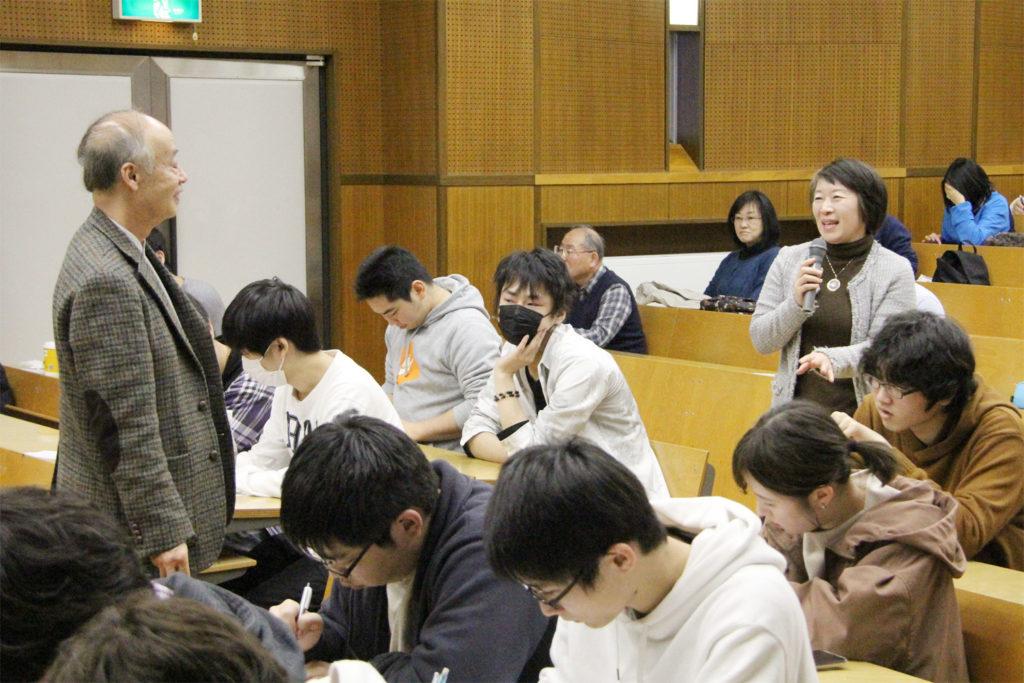 最終講義で佐藤渉先生に質問される金山愛子先生