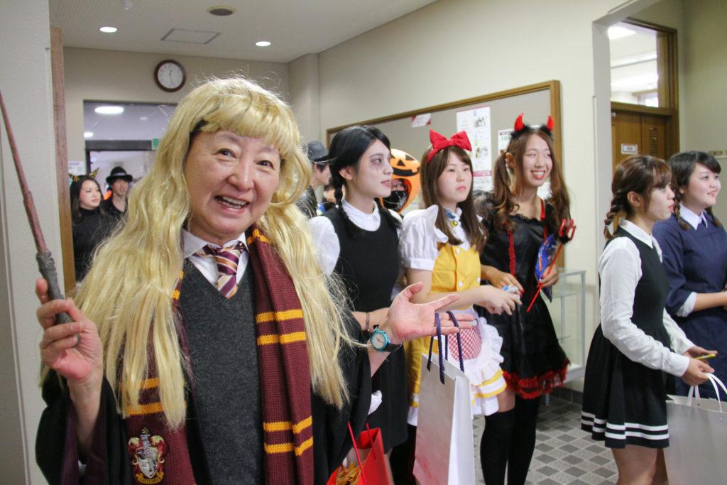 英語圏の文化を楽しもうと敬和にハロウィンの仮装を持ち込んでくれたのも外山節子先生でした