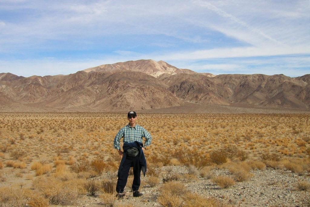 砂丘を旅する佐藤渉先生