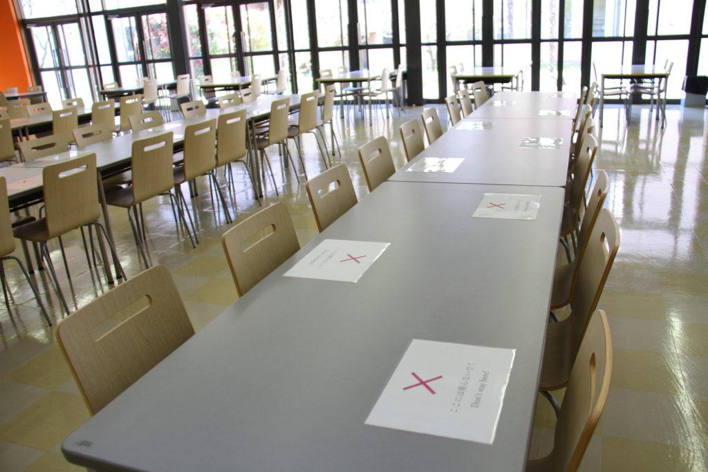 学生食堂も向かい合わせにならないよう使用を制限