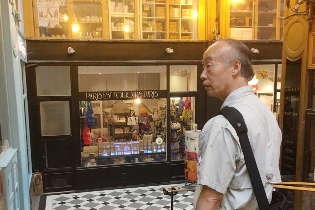 卒業生にパリの街を案内する佐藤渉先生