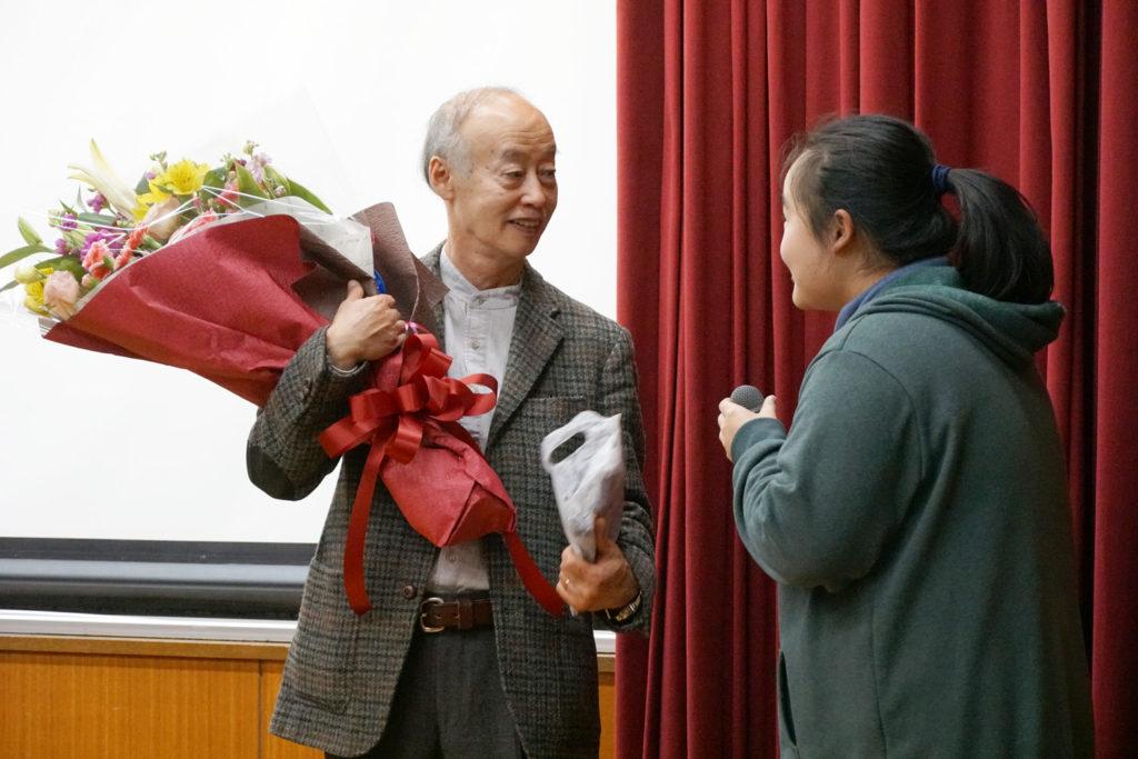 佐藤渉先生が大切にされた、最後のゼミ生より花束の贈呈(最終講義)