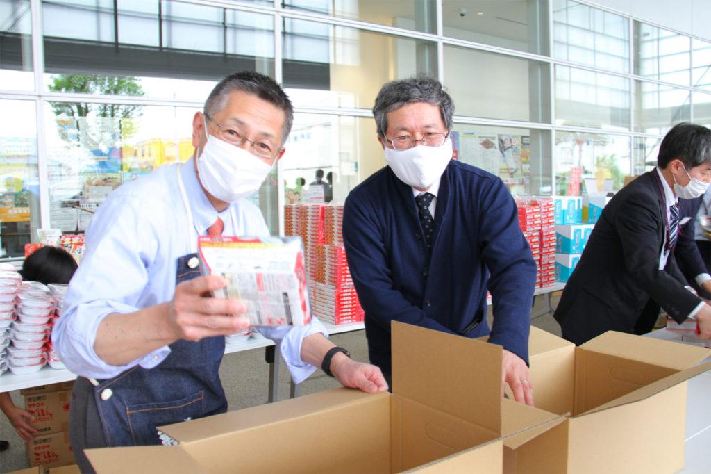 高澤オレンジ会会長(菊水酒造社長)も、山田学長と共に箱詰め作業をしてくださいました