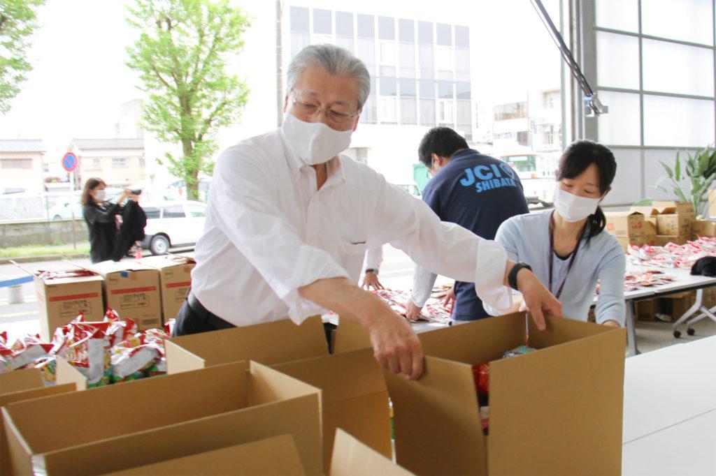 二階堂新発田市長自ら、先頭に立って箱詰めをしてくださいました