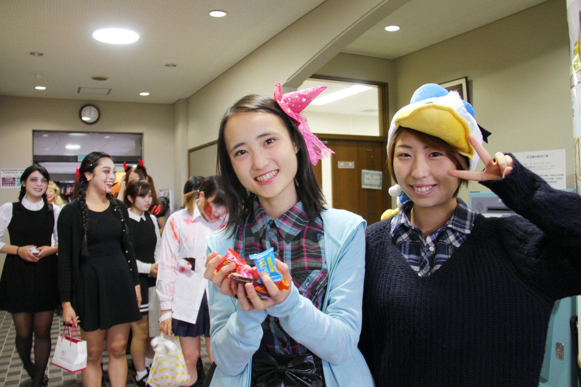 「募金をくれたら、お菓子をあげるぞ!」敬和学園のハロウィンパレード