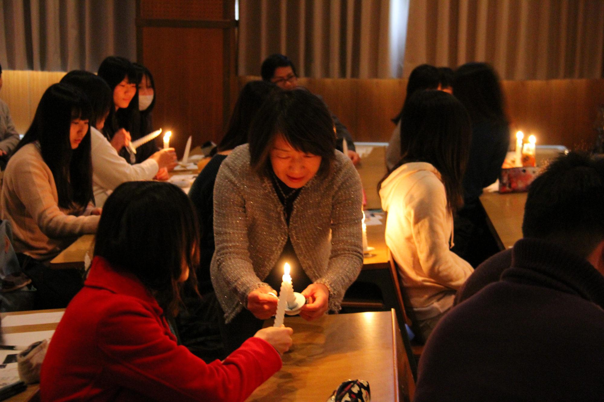 キャンドルの光でクリスマスを祝う、燭火礼拝