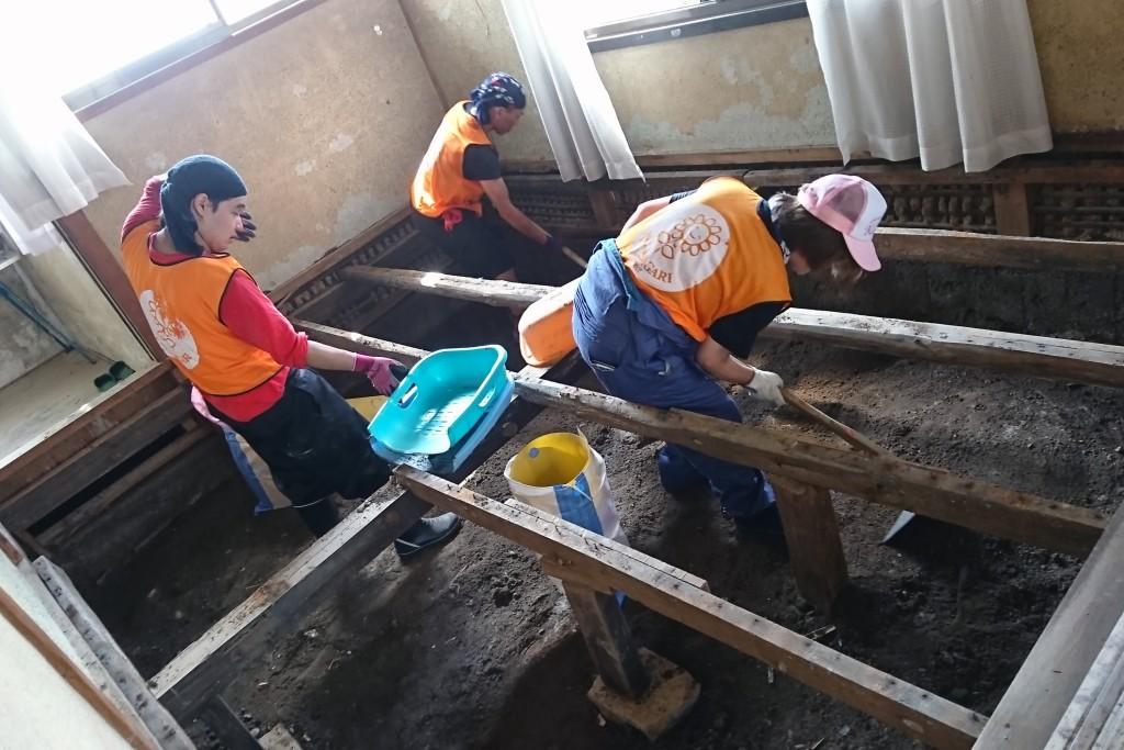 敬和学園大学の学生が、西日本豪雨災害の復興ボランティア活動に参加しました(8月)