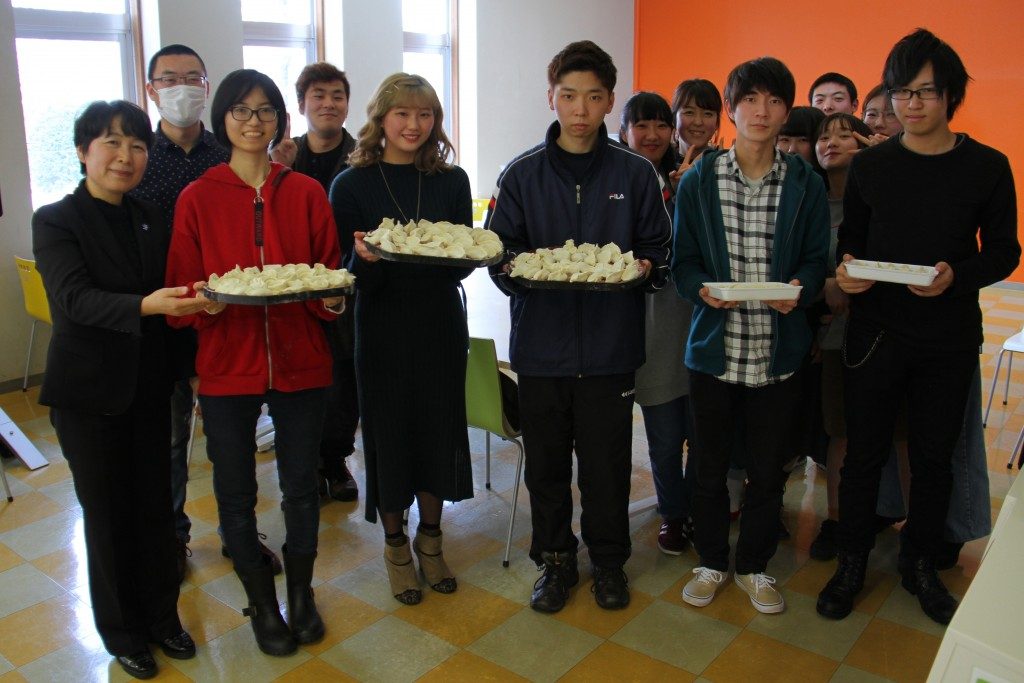 学生と留学生が水餃子で春節をお祝いしました