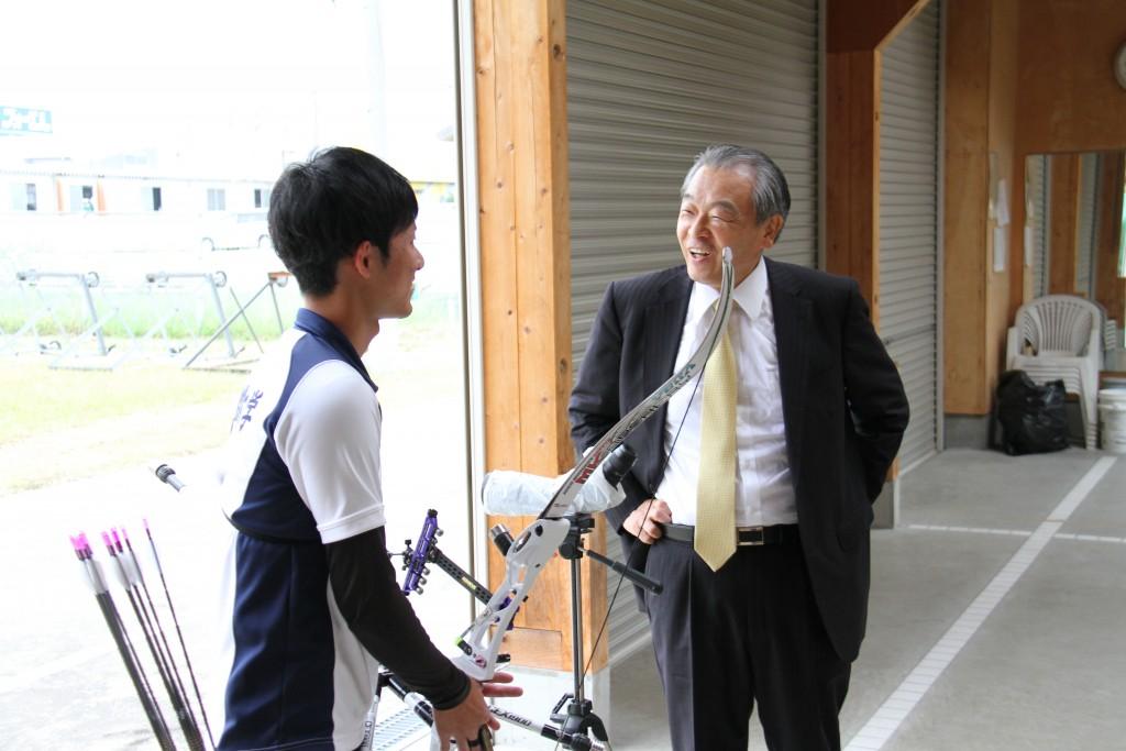 【敬和スポーツ】アーチェリー国体選手の激励にハードオフ山本社長が来学されました