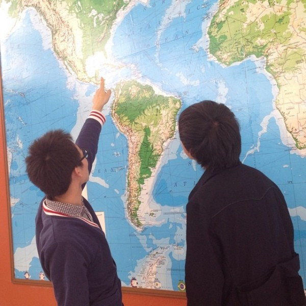 学食に巨大世界地図が登場!