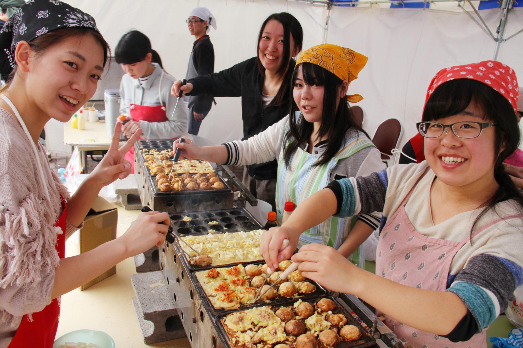 在学生や卒業生、地元の皆さんの笑顔が集まった「第25回 敬和祭」